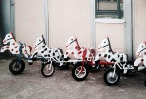A vendre vélos et petits chevaux à pédales (3 roues)