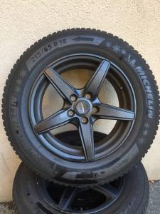 4 pneus d' hiver Michelin état neuf 215/65R16 sur jantes