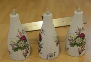 Trois lampes suspendues en porcelaine