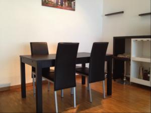 table à manger noire IKEA + 4 chaises