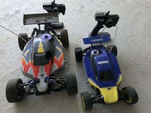 Deux voitures télécommandées à essence