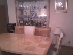 Table + chaises + meubles de salon