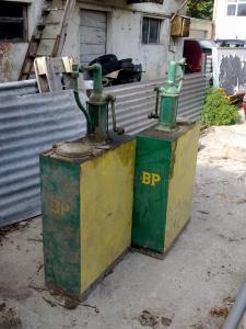 A vendre 2 pompes à huile de collection.
