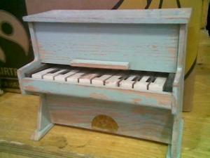 Ancien piano en bois (jouet)