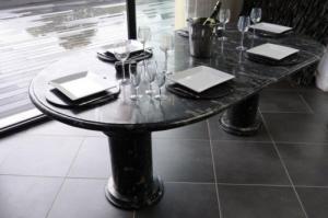 Table ovale en marbre fossilisé