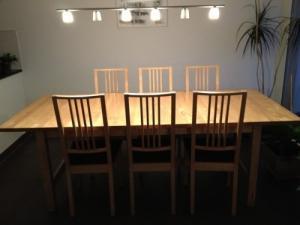 Vend table et 6 chaises en bois massif