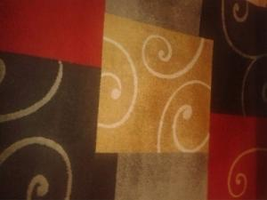 Grand tapis rouge, jaune, gris
