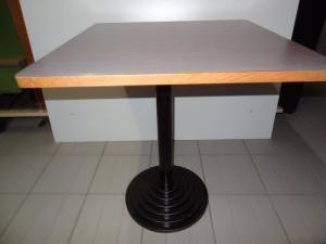 table carré en bois ou marbre