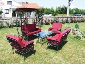Chaises et table de jardin en fer forgé
