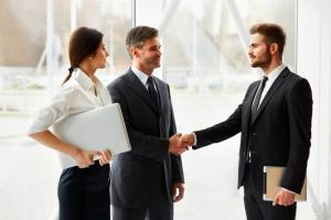 Le gestionnaire sur le travail avec les clients