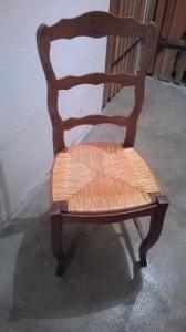 chaise en bois brun et paille dessus