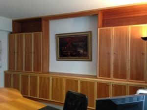 Bibliothèque murale en bois. Haute quali