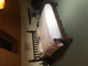 Cadre de lit et ses deux tables de nuit