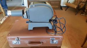Machine à écrire Hermès et projecteur diapos Leitz.