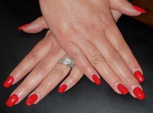 Pose d'ongles en gel, remplissage, vernis permanent.