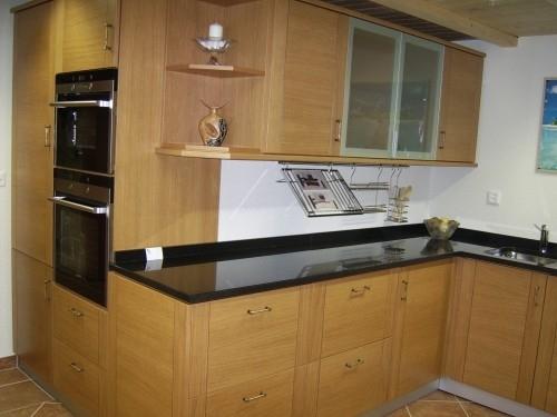 cuisine d 39 expo ch ne avec granit noir. Black Bedroom Furniture Sets. Home Design Ideas