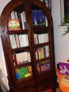 Magnifique meuble en bois avec portes vitrées