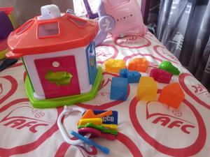 Habits à vendre et des jouets et des jeux pour les enfants