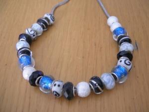 collier,bracelet,perles et fil de cuir