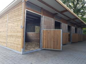 Aussenboxen, Pferdeställe, Pferdeboxen, Weidehütte