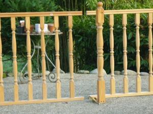 barrière ancienne en bois exotique