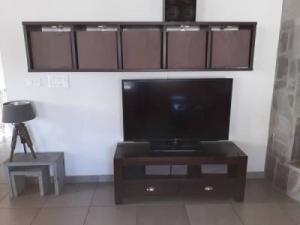 1 meuble TV - une étagère - table basse