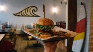 Serveur des hamburgers