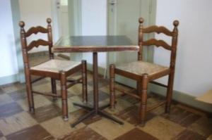 26 chaises paillées et 8 tables