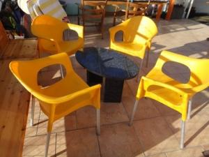 4 Chaises jaunes de jardin