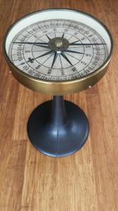 Exceptionnelle table Compas en matériaux noble