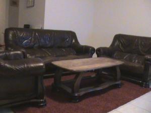salon en cuir,avec table en chêne.