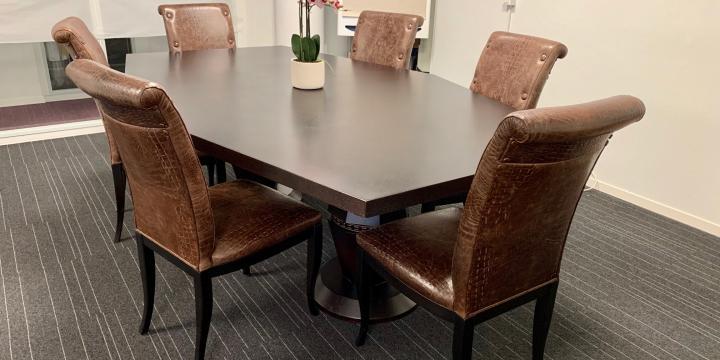 A Vendre : table de conférence + chaises + canapés