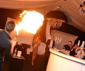 Barmans jongleurs cocktails show feu