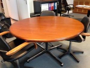Table ronde massive (avec 4 chaises grat
