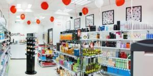 Le vendeur-consultant dans le magasin de cosmétiques