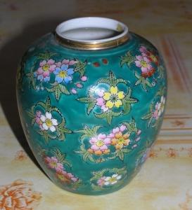 Joli vase vert à fleurs