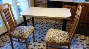 Table de cuisine inrayable.Chaises dispo
