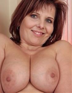 Belle femme mature aux gros seins