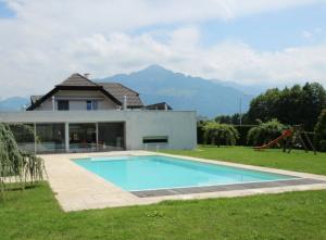 Villa contemporaine, 400 m2, 8.5 pces, piscine