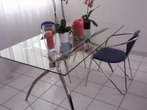table en verre et chaises cuir bleu