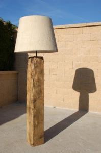 Lampadaire en bois brossé et huilé