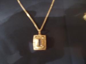 Veuve dans le besoin cede collection de bijoux en or 18ct !