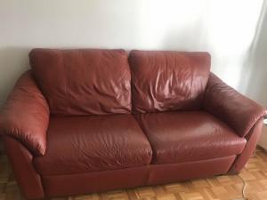 Ensemble canapé/fauteuil/repose-pieds en cuir bordeau