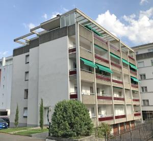 HOME SERVICE vous propose un appartement de 4,5 pièces avec balcon.