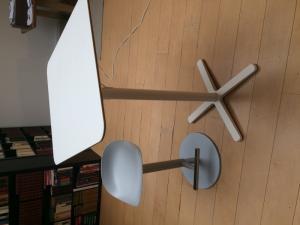Table et chaise haute de bar