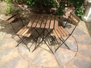 Table de jardin avec 2 chaises