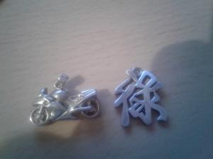 2 pendentifs pour homme à vendre