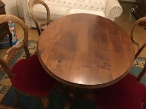 À vendre une table et 4 chaises ( produit d'antiqsuite)